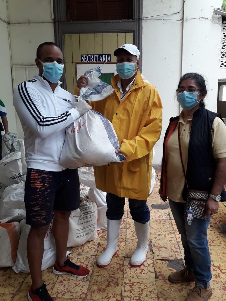 Sandra Hidalgo, Coordinadora de la Región Central de CIDEP y Mauricio Zelaya, Alcalde Municipal hacen entrega de canasta básica a familias.